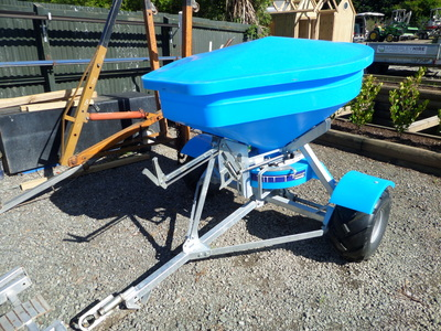 Fertiliser spreader, towable